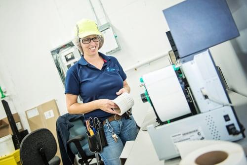 Employée Fempro dans l'usine de Drummonville